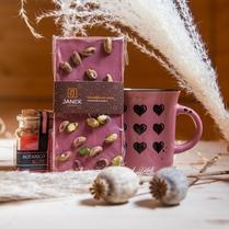 Krabička je připravena speciálně pro ženy, které jsou někým milovány. Pánové (nebo dámy 😊) udělejte jim radost a pořiďte jim tuto něžnou krásu zabalenou v krabičce se srdíčky. ❤️ Srdcem je Ruby čokoláda, která je provoněná zrníčky pravé vanilky. Sladce voní, lehce křupe a pomalu se rozpouští na jazyku. A taky obsahuje prvotřídní nesířené pistácie.  🕯 Váš byt provoní svíčka Botanico jako mnoho růží. ☕️ A s keramickým plecháčkem s motivem srdíčkem si na vás vzpomene při každé ranní kávě.  Zaláskovanou krabičku ulovíte v našem biu. . #milujuji #laska #darek #darekproni #milujucokoladu #cokoupit #zamilovani #sesrdicky #proradost #zlasky #darekzlasky #originalnidarek #ruzova #jenruzovatomuzebyt 