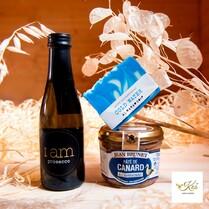 🔵 Modrá je dobrá a proto je Krabička pro radost jí plná. 🔵 Začneme od jídla - kdy jste naposledy měli kachní terinu? 🦆 A už jste někdy měli kachní terinu se speciálním druhem koňaku Armagnac? 😋 Dál v Krabičce najdete I am Prosecco, jemně perlivé víno z Itálie, které k tomu sedne. 🥂 A z pánské kolekce ručně vyráběné mýdlo se svěží mořskou vůní jako byste právě surfovali po vlnách. 🏄♂️ A je vyrobené v Česku. 😊  Dárkovou krabičku spíše pro mužské kamarády a kolegy 🙋♂️ chytnete na našem e-shopu. Link nahoře v BIU ⬆ #kosjakodarek #bednajakodarek #darek #krabickaproradost